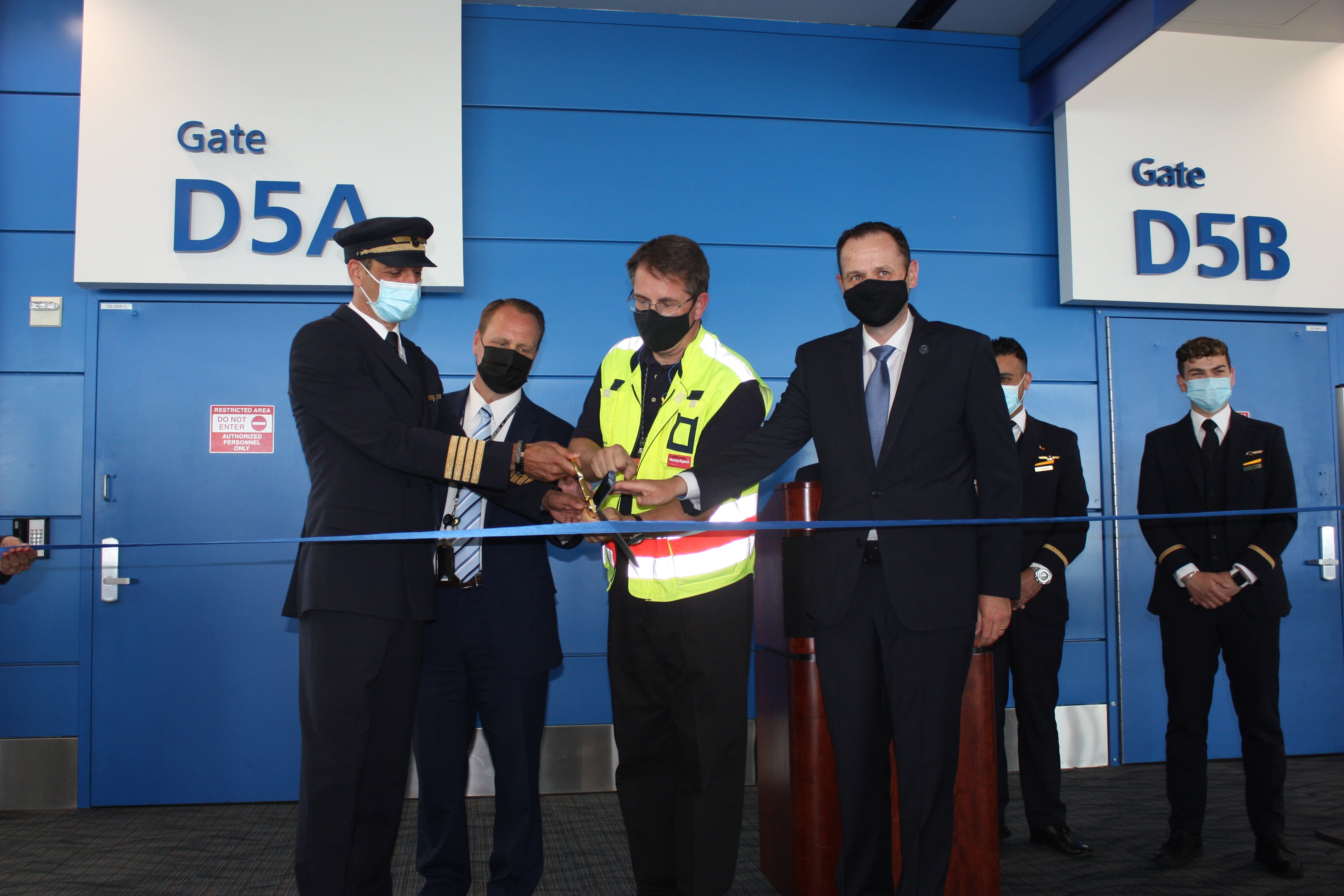 Ribbon-cutting ceremony at DTW to celebrate the resumption of intercontinental flights to and from Detroit to Frankfurt. Pictured l to r: Captain Gunnes (Lufthansa), Chad Newton (Wayne County Airport Authority), Chris Rampin (Lufthansa Station Manager), Frank Naeve (VP Sales, Lufthansa Group Passenger Airlines, The Americas)